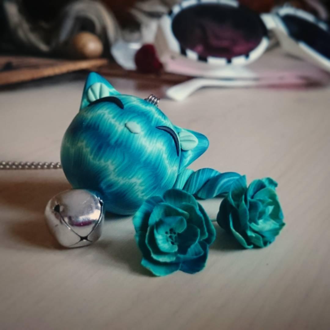 Vanilla-blue Čubaka cat with jingle bell and flower earrings